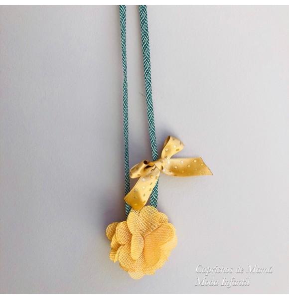 Collar Desierto de Lolittos verde con flor amarilla