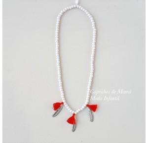 Collar blanco plumas y borlas rojas de Pilar Batanero